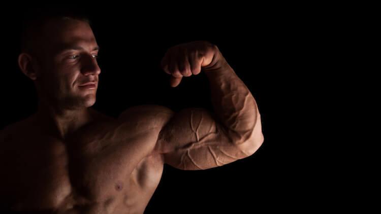 biceps énormes