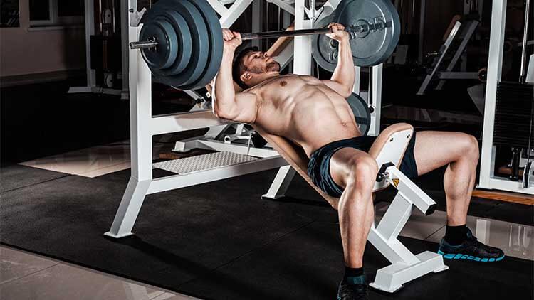 Homme musclé faisant un exercice intense.