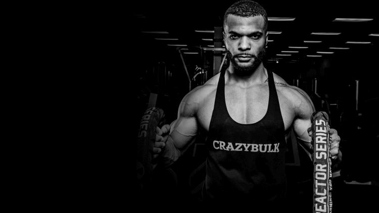 Christopher Tripp porte la veste CrazyBulk dans une salle de sport