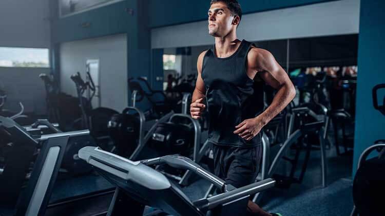 Entraînement de l'athlète masculin sur la machine d'exercice en cours d'exécution