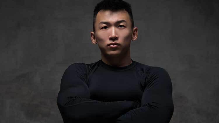 homme sportif dans un sweat-shirt sur fond gris