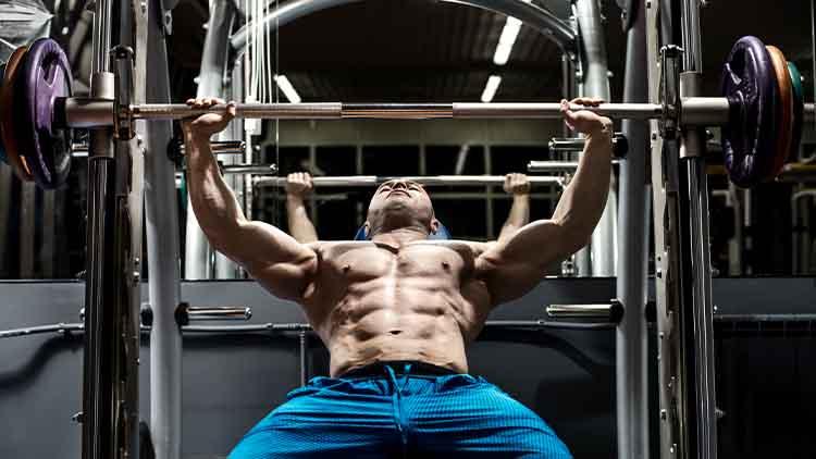 Bodybuilder homme effectuer des exercices
