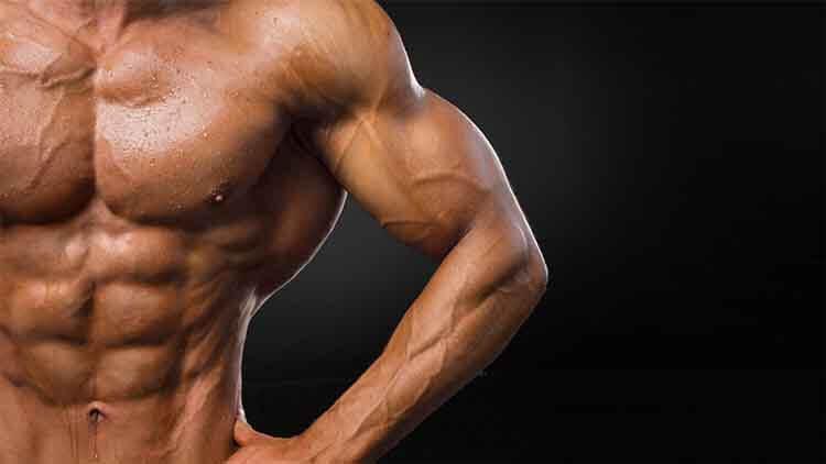 Haltérophile beau jeune sportif bodybuilder avec un corps idéal,