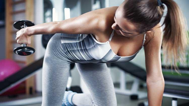 Jeune femme faisant des exercices de triceps