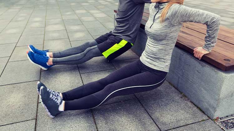couple faisant trempette de triceps sur banc