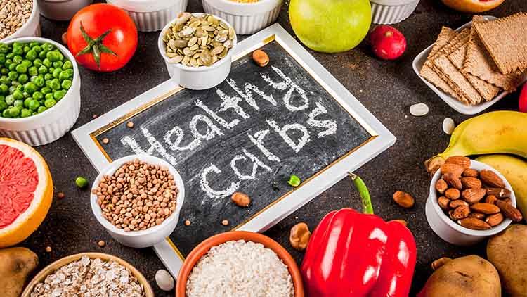 produits - fruits, légumes, céréales, noix, haricots, fond de béton bleu foncé