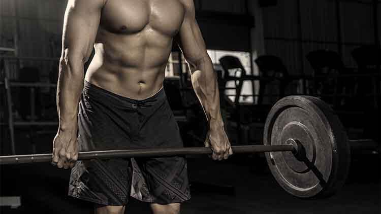 et certains hommes athlétiques forts pompant les muscles