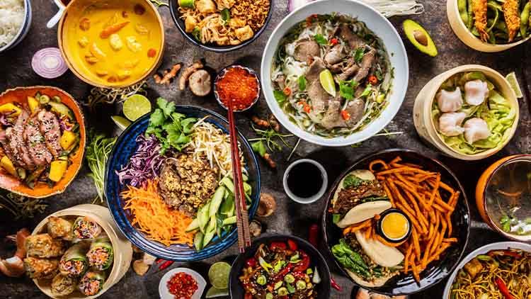 Composition vue de dessus de divers plats asiatiques dans un bol