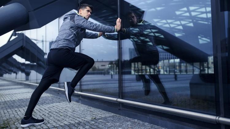 Sportif qui s'étend dans la ville moderne