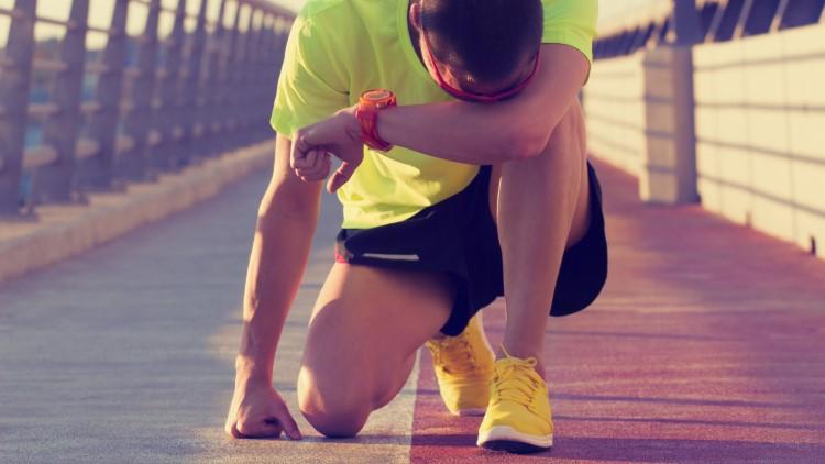 Jogger fatigué au repos sur un long pont
