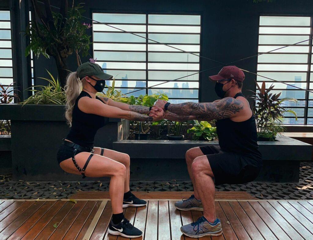 Ash & Maria - squats isométriques face à face
