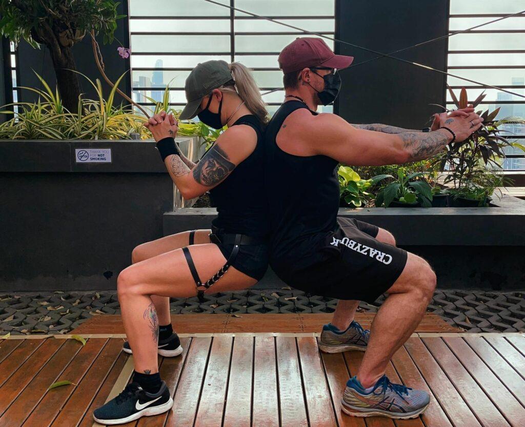 Ash & Maria - Ash & Maria - Squats isométriques dos à dos